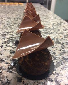 Chouchou de choc!!! #patisserie #sansgluten #glutenfree #valhrona #chocolatbio #craquelincacao #crémeux #teamgâté #partage #pateachoux @sebpassionmacaron @gatesansgluten by sebpassionmacaron
