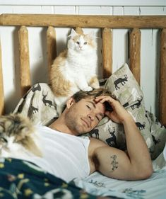 Chris Hemsworth Is So Swoon-Worthy in New 'Vanity Fair' Shoot!: Photo Chris Hemsworth is featured on this month's issue of Vanity Fair magazine and the photos from his gorgeous feature were just released! Crazy Cat Lady, Crazy Cats, I Love Cats, Cool Cats, Hate Cats, Celebrities With Cats, Celebs, Men With Cats, Gatos Cool