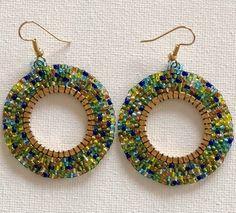 Estos pendientes son hermosos en... ligero y muy cómodo. El color es la combinación con verdes, azules, amarillos, es impresionante. Mano-colgados con alambres de oro plateado oído Miyuki perlas y oro 25mm círculo. La longitud total del pendiente es de 60mm (aproximadamente 2 3/8 Beaded Earrings, Crochet Earrings, Jewelry Crafts, Handmade Jewelry, Latest Jewellery, Beading Tutorials, Jewellery Display, Bead Weaving, Making Ideas
