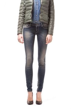 SUMATRA, The GAS bestseller, by mixing two cult garments: traditional 5-pocket denim jeans and trendy jeggings. Soft, lightweight superstretch denim, with excellent fit, like a second skin that models and enhances the feminine form. JEGGINGAS par excellence.