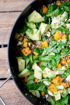 Heute hab ich für euch gesunde One Pot Quinoa mit Spinat, Süßkartoffeln, Avocado und Feta. Wahnsinnig lecker und richtig gesund!