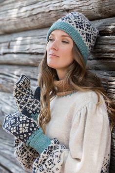 Dagens gratisoppskrift: Svalbard lue og votter | Strikkeoppskrift.com Norwegian Style, Nordic Style, Knitting Charts, Free Knitting, Knit Mittens, Knitted Hats, Norwegian Knitting, Hue, Cowl