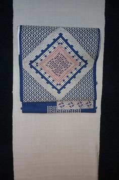 帯は津軽こぎん刺しの八寸。  昔は藍染木綿に白の木綿糸が定番でしたが   現在は現代の着物に合うように 色糸での刺し子もしています。