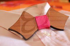 Papillon in legno di ayous con rifinitura ai bordi realizzata a mano e nodo in tessuto