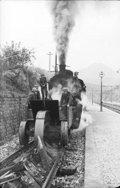 German train with a device for the destruction of railway sleepers - Italy, march 1944 year. Nagasaki, Hiroshima, German Soldiers Ww2, German Army, Ww2 Photos, History Photos, Railway Gun, Trains, War Photography