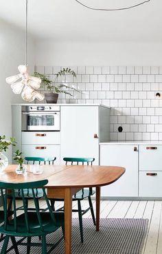 Cuisine avec une touche de couleur / kitchen styling..
