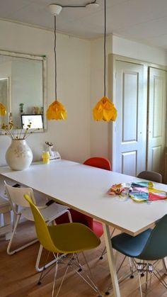 witte tafel met verschillende kleuren stoelen More