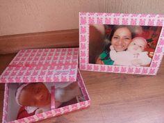 Caixa para fotos ou álbum de fotos tamanho 22x16x3 que acompanha um porta retrato para foto 21x15, revestida em papel de boa qualidade, podendo ser colocado a marca caso seja para entrega de trabalhos fotográficos.