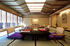 If Kubrick were Japanese:  minimalist Japanese modern dining space with low-slung seating and unusual track-tube lighting above. ~「和のもてなし」満載、新しい料亭に行ってみた:日経ビジネスオンライン