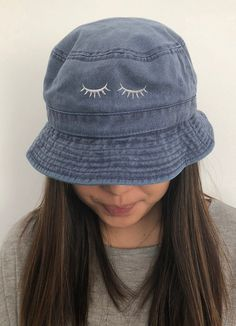 Women S Fashion Kingston Product Outfits With Hats, Cute Outfits, Cool Bucket Hats, Look Fashion, Autumn Fashion, Fashion Hats, Fishers Hat, Bucket Hat Outfit, Denim Handbags