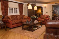 Engelse klasse meubelen  Schitterende kleurencombinaties, warme tonen en stoffen zoals u nog maar weinig tegenkomt. Exclusieve klasse. Stijlvol en tijdloos voor de fijnproevers onder ons. Country Living, Couch, English, Furniture, Design, Home Decor, Lounge Chairs, Homemade Home Decor, Sofa