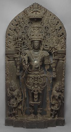 """Escultura hecha en piedra para el siglo XII. """"Un texto hindú favorecido por la Hoysalas cita veinticuatro nombres de Vishnu, a partir de Keshava. Cada nombre está asociado a un formulario, y todas las formas tienen cuatro brazos y mantenga los mismos atributos: un Shankha (trompeta concha batalla), un gada (maza), un chakra (disco guerra), y un padma (loto). Es el orden en el que los atributos se llevan a cabo en cuatro manos del dios que varía y que representa los varios nombres del dios."""""""