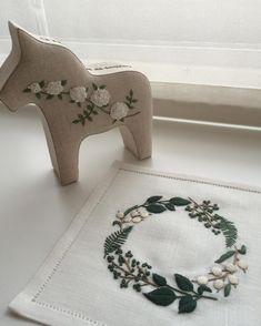 ヘムかがり終了。  うちのグラスには真ん中の円が小さかったので、一輪挿しに使おうかなと思います。  ふっくらとした厚みが樋口さんの刺繍の魅力。この図案でエプロンもいいかなぁ。  #樋口愉美子 #YumikoHiguchi #刺繍 #embroidery #カルトナージュ #cartonnage  #ダーラナホース #dalahast #elleatable #エルアターブル #大塚あや子 #AyakoOtsuka