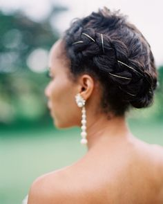 The bride normally wears her hair in a big afro, but wasn't sure how it would hold up in the Jamaican humidity, so an updo was the best solution. The gold string woven throughout was inspired by some of Janelle Monáe's recent hairstyles. Braided Hairstyles For Wedding, Loose Hairstyles, Bride Hairstyles, Hairstyles Pictures, Bridal Braids, Bridal Hair, Bridal Beauty, Headpiece Wedding, Wedding Earrings