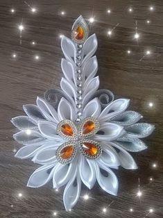 Hviezdička je vyrobená technikou kanzashi, pri výrobe sú p Quilling Christmas, Christmas Crafts, Christmas Decorations, Christmas Ornaments, Fabric Ornaments, Angel Ornaments, Ribbon Art, Ribbon Crafts, Satin Flowers