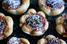 The recipe for the toffifee flowers is quickly implemented looks good and invites you to snack. A treat that hardly anyone can resist. The post Toffifee flowers appeared first on Daisy Dessert. Easy Nutella Brownies, Nutella Cookies, Keto Desserts, Delicious Desserts, Dessert Recipes, Biscuit Nutella, Nutella French Toast, Caramel, Donut Recipes