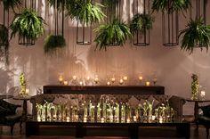 Decoração casamento moderno clean - Lounge com tulipas velas e samambaias ( Decoração: Disegno Ambientes por Luis Fronterotta | Foto: Nellie Solitrenick )