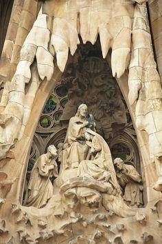 Barcelona - Temple Expiatori de la Sagrada Família Barcelona Architecture, Architecture Details, Antoni Gaudi, Cathedral Basilica, Barcelona Catalonia, Religious Architecture, Sculpture, Spain Travel, Places Around The World