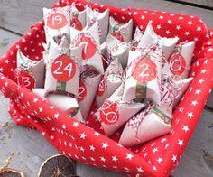 Adventskalender basteln aus Toilettenpapierrollen mit weihnachtlich-roten Akzenten, Schleifen und Zahlen