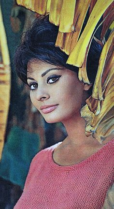 Sophia Loren form me Classic Beauty, Timeless Beauty, Hollywood Stars, Old Hollywood, Loren Sofia, Sophia Loren Images, Italian Actress, Italian Beauty, Actrices Hollywood