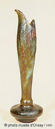 Emile Gallé  Le Baumier  en 1895  vase : cristal à plusieurs couches, couche superficielle martelée, inclusions de parcelles métalliques (or), décor gravé à la roue  H. 0.467 ; L. 0.135  musée d'Orsay, Paris,  gravé en creux dans la partie supérieure de la pièce : Emile Galle, 1895 (en creux, sur la pièce), de Montibus Umbrae, c'est l'instant solennel et c'est l'heure éternelle, ou la nature émue est grave et maternelle, Robert de Montesquiou
