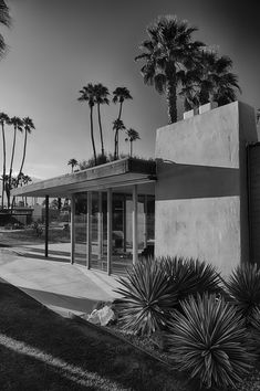 Mid-Century Modern architecture: Cody Court 2 (photo by Jim Riche) Mid Century House, Mid Century Style, Modern Industrial, Industrial Lamps, Industrial Bedroom, Industrial Interiors, Mid Century Exterior, Palm Springs Style, Rancho Mirage