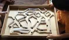 Construyendo este laberinto para canicas, los niños lo van a pasar tan bien como jugando con ellas. La idea y el DIY es de El Hada de Papel.
