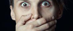 http://mundodecinema.com/filmes-chocantes/ - Costumamos dizer que às vezes nem tudo é o que parece. Numa área em que é necessário iludir os espectadores e levá-los a acreditar em algo fictício, há quem seja mais exigente e faça questão de assistir a cenas como se elas tivessem mesmo acontecido.