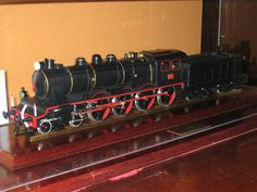 Locomotora Mastodonte 240-2074: Feta principalment de plàstic, el color més destacat es el negre, però també té vermell i gris. Locomotora Mastodonte 240-2074: Hecha principalmente de plástico, el color más destacado es el negro, pero también tiene rojo y gris. Mastodonte locomotive 240-2074: Made mostly of plastic, the highlight color is black, but also has red and gray.