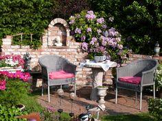 Selbst gemauerte Ruine und Rhododendronblüte - Bilder und Fotos