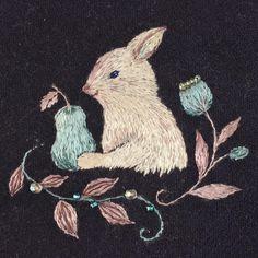Gather in pears  梨を採って嬉しそうなうさぎ  絹糸なので、光の当たり方で色が変化します。  やっと理想の刺繍に近づいてきました*\(^o^)/* #handmade #手作 #手工 #刺绣 #DIY #embroidery #ハンドメイド #art #broderie #刺繍 #вышивка #イラスト #ペット #자수 #うさぎ #rabbit