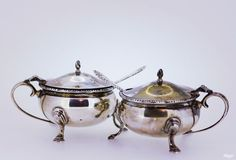 Online veilinghuis Catawiki: Silver salt and pepper holders with blue liner glass and silver spoons, ASprey London 1970