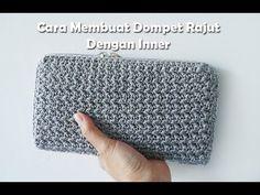Discover thousands of images about Cara Membuat Dompet Rajut Menggunakan Inner Crochet Wallet, Crochet Clutch, Crochet Handbags, Crochet Purses, Crochet Gifts, Crochet Bags, Crochet Shell Stitch, Crochet Stitches, Crochet Purse Patterns