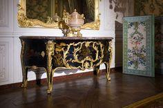 Cette commode exceptionnelle est l'œuvre de l'ébéniste Antoine-Robert Gaudreaus. Son décor noir et or est constitué de bronzes dorés montés sur des feuilles de paravents en laque du Japon provenant des collections de Louis XIV.  Exécutée en 1744, elle a été livrée pour la chambre royale du château de Choisy, une des résidences favorites de Louis XV.
