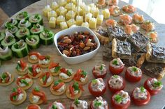 Eet lekker: Plank met hapjes - recepten Vegetarian Appetizers, Snacks Für Party, Healthy Recepies, Healthy Snacks, Healthy Eating, Party Food Platters, Party Dishes, Tapas, Antipasto
