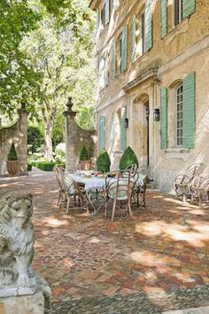 Rustic and elegant: Provençal home, European farmhouse, French farmhouse, and French country design inspiration from Chateau Mireille. Photo: Haven In. South of France century Provence Villa luxury vacation rental near St-Rémy-de-Provence. Luxury Villa Rentals, Provence France, Provence Garden, Provence Style, French Country House, Rustic French, French Country Gardens, Country House Outdoor, Country Houses