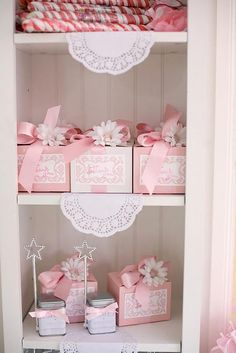 Gift wrapping idea - Select a color and buy all your gift wrapping supplies in that shade to keep your gift wrapping simple and elegant #pink #giftwrapping #emballagecadeau