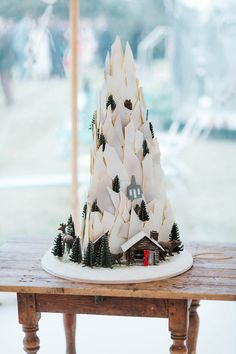 Snowy mountain wedding cake | Image by Miss Gen Photography