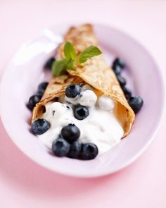 Perfect #brunch #recipe for #pancakes with blueberries, quark and a creamy filling - http://finedininglovers.com/recipes/brunch/pancakes-quark-blueberries/