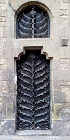 Porta de ferro forjat Puerta de hierro forjado Wrought iron door Llibreria Balmes Balmes Library Carrer Duran i Bas Barcelona