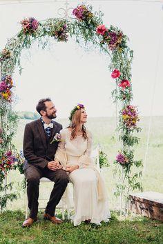 Hochzeit im Folklore Stil | Friedatheres.com flower backdrop Fotos: Daniela Reske Blumen: Stil(l)eben Kleid: Victoria Rüsche Mobiliar: Nimm Platz Torte: Ebrus Kitchen