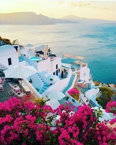 How to visit Santorini on a budget - We must admit that Santorini is one of the most beautiful places we've ever visited. Vacation Places, Dream Vacations, Vacation Spots, Vacation Ideas, Reisen In Europa, Beautiful Places To Travel, Wonderful Places, Amazing Places, Beautiful Things