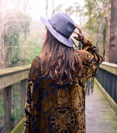 Kimono de seda verde gitana, mujer Boho franja Kimono Kimono Floral borlas, cabo chaqueta oro  ¡Gracias KateMilford tanto por las fotos!  https://www.facebook.com/KateMilfordPhotography   › Impresión real  › detalle de franja › la perfecta chaqueta acogedor › super suave › verde  ››Measurements en pulgadas Hombro: 18 Busto: 40 Cintura: 40 Longitud de manga: 17 Longitud total: 41   ››Measurements en centímetros Hombro: 45,72 cm Busto: 101,6 Cintura: 101,6 Longitud de manga: 43,1...