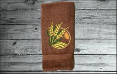 Just what you are loking for as a gift for your friend. Kitchen or bathroom decor. Borgmanns Creations Country Living, Country Decor, Farmhouse Decor, Hand Towels Bathroom, Kitchen Towels, Red Towels, Rustic Home Interiors, Decor Ideas, Embroidery
