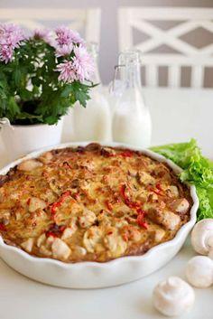 Kycklingpaj med champinjoner och lagom hetta från sambal oelek. Strunta i bacon om du föredrar det.
