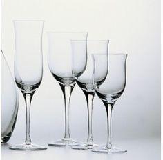 Cristalería de 48 piezas en cristal Sèvres soplado compuesta por: 12 copas de agua, 12 copas de vino tinto, 12 copas de vino blanco y 12 copas de champagne. Se dice de Sèvres que es el cristal más transparente que jamás ha existido.