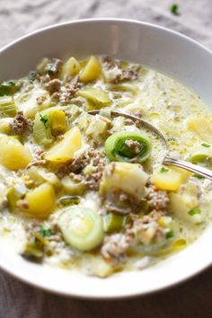 Cheese and leek soup with mince ingredients!) - Cooking carousel The cheese and leek soup with mince is super easy and quick to make. The perfect soul food recipe after a long day and as from grandma - Kochkarussell. Fall Recipes, Soup Recipes, Dinner Recipes, Healthy Recipes, Quick Recipes, Leek Soup, Carne Picada, Ground Beef Recipes, Sloppy Joe