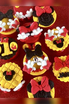 Minnie Mouse Inspired Oreos Mickey Mouse Treats, Minnie Mouse Cupcake Toppers, Minnie Cupcakes, Mickey And Minnie Cake, Minnie Mouse Theme Party, Bolo Minnie, Red Minnie Mouse, Mini Mouse First Birthday, Mickey Mouse Birthday