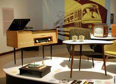 Fotogalerie: Výstava Bruselský sen EXPO Životní styl a design poloviny let. Coffe Table, Stylus, Drafting Desk, Mid-century Modern, Mid Century, Table Lamp, Living Room, Retro, Furniture