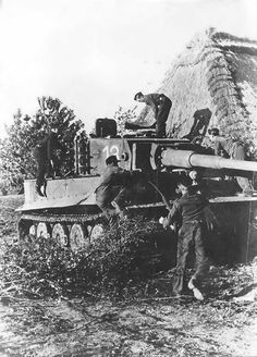Crew camouflaging their Tiger.